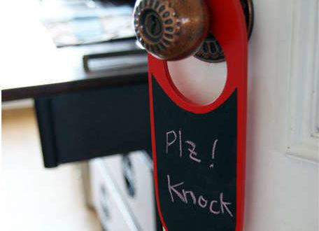 マーカーペンで書いて消せる、両面使えるドアノブプレート。「お昼寝中、呼び鈴は押さずにノック」とか「14時に戻ります」など自在に